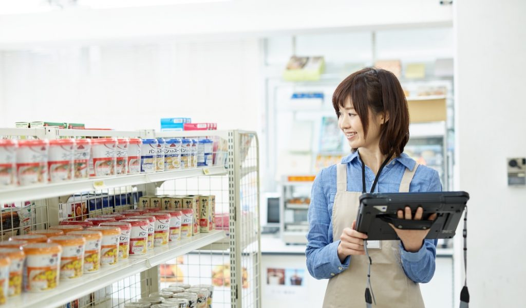 スーパーで在庫を確認している女性