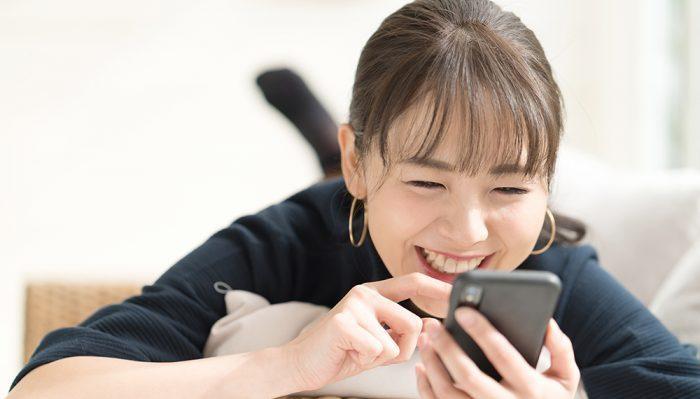 女性がスマートフォンを眺めている様子