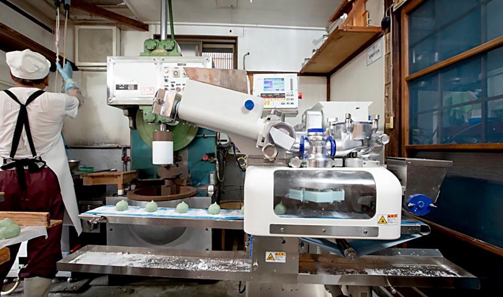餅をつくるロボット画像